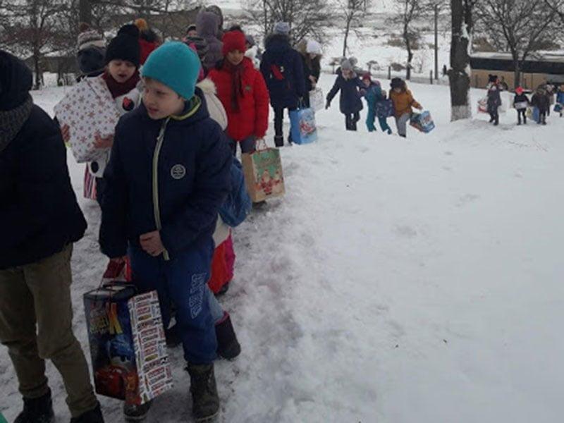 copii care fac cadouri